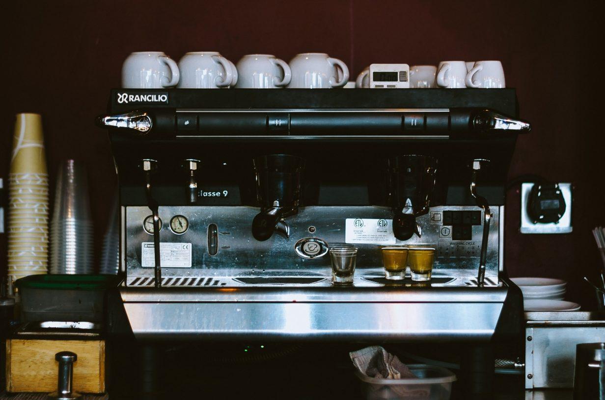 Pourquoi investir dans une machine à café dans un lieu de travail